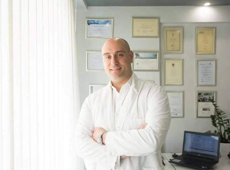 Ο πλαστικός χειρουργός - Dr Samouris